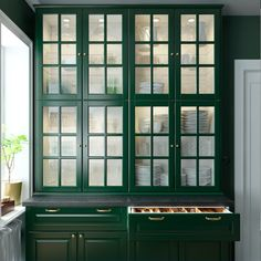 home to call your own A green and fresh BODBYN kitchen - IKEA How To Choose Outdoor Carpeting Articl Dark Green Kitchen, Green Kitchen Cabinets, Kitchen Mixer Taps, New Kitchen, Glass Cabinet Doors, Glass Door, Glass Cabinets, Tv Cabinets, Ikea Bodbyn Kitchen