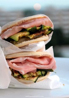 Tigelle bread with Rosa Camuna, mortadella and courgettes Mortadella Sandwich, Italian Street Food, Panini Sandwiches, Western Food, Weird Food, Crepes, Food Design, Tacos, Wine Recipes