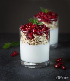 Coconut cream with granola and pomegranate seeds // Kokosový krém s granolou a semínky granátového jablka