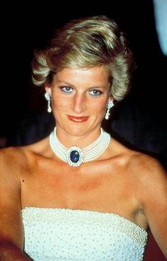 Abito bianco con collier bianco con pietra azzurra di Lady Diana
