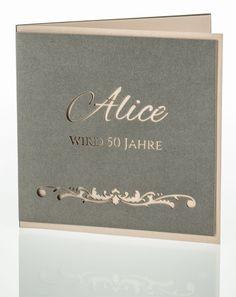 Einladungskarte aus hochwertigem, graubraunem Metallic-Karton mit individueller Laserstanzung. Die Vorderseite ist an drei Seiten etwas verkürzt, so dass man den Einleger in der Farbe metallic nude sehen kann. Place Cards, Place Card Holders, Metallic, Silver Anniversary, Card Wedding, Invitations, Birthday, Paper Board
