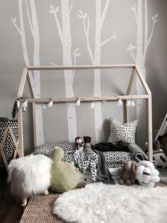 Chambre d'enfants. Toddler transition bed. House bed idea. Cactus pillow