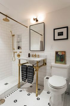 49 guest bathroom reveal + links to decoration 23 Guest Bathrooms, Vintage Bathrooms, Downstairs Bathroom, Master Bathroom, Vintage Bathroom Decor, Small Full Bathroom, Home Bar Decor, Design Studio, Bathroom Inspiration
