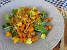 Lauw warme salade van zoete aardappel, sinaasappel en avocado met oosterse dressing.