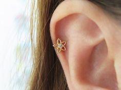 Solid Gold Flower piercing/Flower Piercing/Tragus earring/Cartilage earring/Helix piercing/Tragus piercing/Daith piercing/Conch - Brincos e Piercing - Tragus Piercings, Ear Piercing Helix, Cartilage Earrings, Conch Earring, Tiny Stud Earrings, Gold Hoop Earrings, Bridal Earrings, Statement Earrings, Diamond Earrings