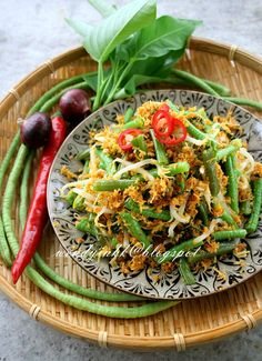 An addictive salad that made me keep on munching. I remembered an urap on my Balinese Rijsttafel that I had in Kunyit Bali restaurant. Veggie Restaurant, Bali Restaurant, Healthy Asian Recipes, Healthy Snacks, Asian Foods, Easy Recipes, Lunch Recipes, Appetizer Recipes, Cooking Recipes