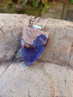 Hanger met hout en paarse epoxy, hars/houten ketting, epoxyhars, hout/resin sieraden, houten hanger, hout en hars, handgemaakte sieraden door anneliesjewels op Etsy