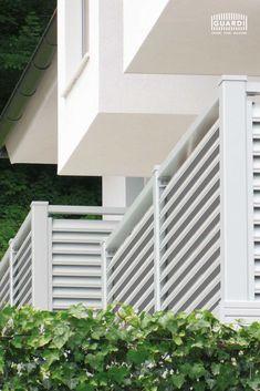 Beim Sichtschutzzaun TRENTO gibt es bei GUARDI eine Besonderheit. Die Lamellen können je nach Wunsch mit oder auch ohne Zierrille ausgewählt werden. Standardmäßig ist der Gartenzaun mit Zierrille vorgesehen, da diese das Design noch spannender macht. Auf Wunsch kann diese aber auch weggelassen werden. Outdoor Structures, Lettering, Amazing, Aluminum Fence, Fence Ideas, House Numbers, Garden Fencing, Nice Designs, Drawing Letters