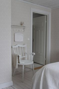 Lantligt på Svanängen: Inredning White Farmhouse, Home Fashion, Interior Ideas, Design Elements, Scandinavian, House Ideas, Shabby, Boards, Chairs