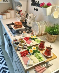 Breakfast Table Setting, Breakfast Platter, Breakfast Presentation, Food Presentation, Breakfast Catering, Turkish Breakfast, Breakfast Bread Recipes, Cooking Recipes, Healthy Recipes