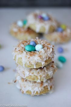 These baked coconut donuts are decorated to look like Easter egg nests. They taste amazing, and are so cute - perfect for Easter brunch! Fun Recipes, Donut Recipes, Sweets Recipes, Easter Recipes, Baked Donuts, Doughnuts, Toast In The Oven, Cookie Cake Pie, Homemade Donuts