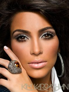 Kim Kardashian has a big ass and impeccable make up. In her make up video she uses MAC Angel Lipstick and Nars Turkish Delight lipgloss - a seemingly pale Make Up Tutorial Contouring, Best Contouring Products, Makeup Contouring, Contouring And Highlighting, Makeup Geek, Skin Makeup, Makeup Tips, Contouring Guide, Makeup Ideas