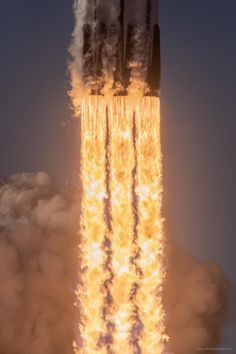iPhone X Wallpaper Photo I shot of yesterday's Falcon Heavy launch. - iPhone X Wallpapers Nasa, Cosmos, Spacex Falcon Heavy, Space Launch, Space Rocket, Thing 1, Space And Astronomy, Space Travel, Space Exploration