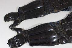 ▲▽三本筒籠手 江戸時代 鉄、黒漆 64×21cm 1.7kg 鎧/甲冑/武具▲▽