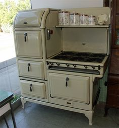 the this Magic Chef features 6 burners, a double oven, warming oven, storage drawer, and shelf. Old Kitchen, Home Decor Kitchen, Vintage Kitchen, 1930s Kitchen, Vintage Appliances, Home Appliances, Slate Appliances, Bosch Appliances, Cleaning Appliances
