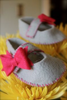 DIY Baby Booties Pattern Idea. I could probably make this work for a boy if I left out the bows.has sizes 0- 12 months