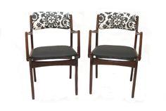 זוג כסאות דנים מעץ טיק מחודשים בשחור לבן. המחיר ליחידה.