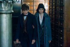 Tina Goldstein holds on to Newt Scamander's arm in MACUSA