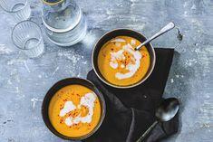 Zin in een lekker vullend soepje? Probeer deze linzensoep eens. We maken 'm met onder andere kokosmelk en rode peper. Zo is -ie romig én een beetje spicy. Soup Recipes, Dinner Recipes, Love Food, Ramen, Veggies, Tasty, Favorite Recipes, Lunch, Ethnic Recipes
