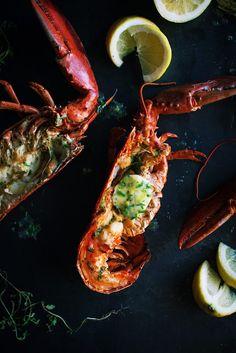 Au pire du homard c'est trop bon? Surtout quand ces homards sont grillés sur le BBQ et servis avec un beurre maison au citron et aux fines herbes! Ça rend