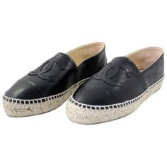 Pre-owned Chanel Black Espadrilles Flats ($1,017) ❤ liked on Polyvore featuring shoes, flats, black, chanel espadrilles, chanel, chanel flats, black espadrilles and espadrilles shoes