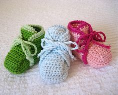 Wonderful crocheted first shoes for baby! For more information watch my profile or my blog monpetitviolon.blogspot.com/