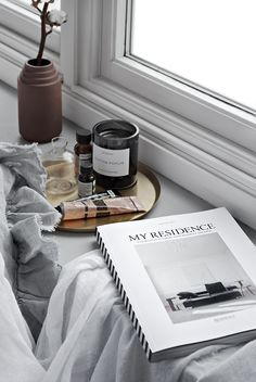 Only Deco Love: Residence Bookazine - minimalistic home decor - tips: collect small things on a tray to keep them together and your home will feel less messy Interior Design Minimalist, Nordic Interior Design, Minimalist Home, Home Interior, Interior Styling, Interior Accessories, Grace Home, Decor Scandinavian, My New Room