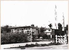 Veerallee Zwolle met spoorwegovergang overweg en stationsgebouw Kamperlijntje spoorlijn Zwolle - Kampen, 1973