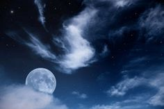 La luna y las estrellas en un cielo azul y nublado | Banco de Imágenes La luna y las estrellas en un cielo azul y nublado         |          Banco de Imágenes
