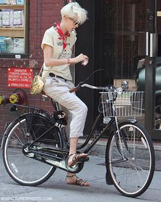 Agyness Deyn and the dutch bike. Is this an Electra? Agnes Deyn, Dutch Bike, Cycle Chic, Bicycle Girl, Bike Style, Camille, Style Icons, Supermodels, Celebrity Style