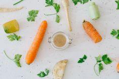 Einer der wohl schwierigsten Dinge an der low fodmap Diät ist der Verzicht auf Fruktane. Mir persönlich macht bei dieser Gruppe der Verzicht auf Zwiebel und Knoblauch die meisten Probleme. Und eine Sache, die man einfach nicht ohne Zwiebel kaufen kann sind Suppenwürfel. Eine gute Alternative ist hier das selbst gemachte Gemüsebrühepulver! Und ich verspreche euch: Es ist viel schneller und leichter zu machen als es klingt. Fresh Rolls, Carrots, Vegetables, Ethnic Recipes, German, Food, Turmeric, Onions, Sugar