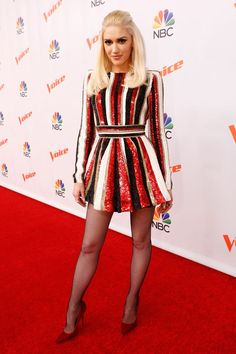 Gwen Stefani's Breakover Style Game Is More On Point Than Ever - Gwen Stefani's outfits on The Voice have been incredible, including this black, white, and red st - Gwen Stefani Mode, Gwen Stefani No Doubt, Gwen Stefani And Blake, Gwen Stefani Style, Gwen Stefani Fashion, Gwen Stefani Legs, Celebrity Outfits, Celebrity Style, Gwen Stephanie