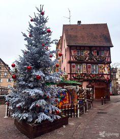 Llega la Navidad y por todo el mundo las calles de ciudades y pueblos se llenan de luces, adornos navideños, mercadillos y un ambiente entrañable. Pero hay ciertos lugares que mantienen intacta la ...