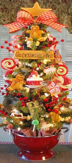 Gingerbread, sweets, cupcakes and popcorn garland decorate the Christmas kitchen tree. Christmas Gingerbread, Primitive Christmas, Noel Christmas, Merry Little Christmas, Country Christmas, Christmas Projects, Winter Christmas, Christmas Wreaths, Christmas Photos