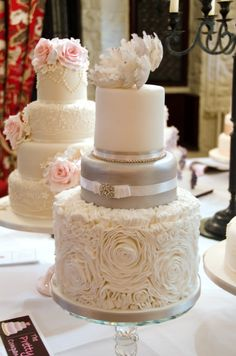 This is such a pretty cake!  http://www.theprettycakecompany.com/