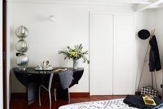 Cameraospiti_guestroom_breakfast_blackwhite_yellow