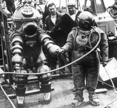 An early 1 atmosphere diving suit, c. 1935 Being readied for a dive on the wreck of the Lusitania. This is the predecessor to the modern Newt diving suit. Diving Helmet, Diving Suit, Under The Water, Dove Images, Lloyd Bridges, Deep Sea Diver, Scuba Diving Equipment, Sea Diving, Thing 1