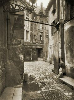 Eugène Atget nous a laissé pas mal de vues de la discrète cour de Rohan dans le 6ème arrondissement. Nous trouvons celle-ci, de 1915, une des plus réussies.