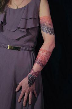 Dodie é uma tatuadora francesa que trabalha num estúdio chamado L'Heure Bleu, na França. Seu trabalho único, combina padrões de renda com elementos florais, penas, caveiras, ornamentos e desenhos abstratos.