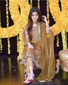 Net Dresses Pakistani, Pakistani Mehndi Dress, Beautiful Pakistani Dresses, Pakistani Fashion Party Wear, Shadi Dresses, Pakistani Wedding Outfits, Pakistani Dress Design, Pakistani Wedding Dresses, Bridal Outfits