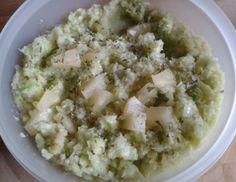 Für denKrautsalat mit Ananas und Lauch zunächst das Weißkraut reinigen, vierteln, abspülen und abrinnen lassen. Stiel rausschneiden. Kraut klein