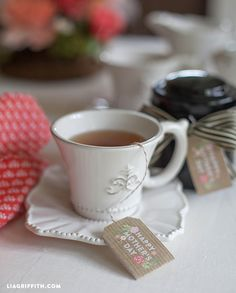 These printable Mother's Day tea bags from @lia griffith are a sweet way to surprise your mom this May! /ES
