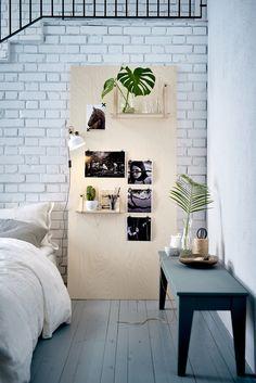 Zet een houten bord van multiplex of een oude deur neer en hang het vol met kunst. | #STUDIObyIKEA #IKEA #IKEAnl #inspiratie #muur #nachtkastje