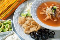 Así se sirve la Sopa de Tortilla… con muchos ingredientes.