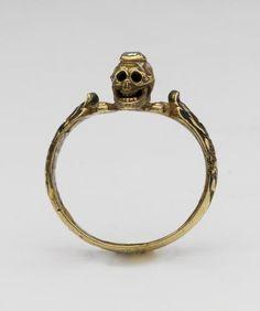 Gouden ring met doodskop en gestileerd bloempatroon van emaille  1600-1699