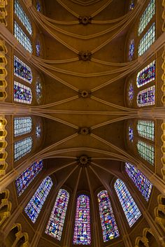 """O principal destaque da Catedral de Chartres é o conjunto de vitrais, famosos no mundo inteiro, pela quantidade e qualidade de vitrais, Chartres é considerada uma """"Bíblia feita de pedra""""."""