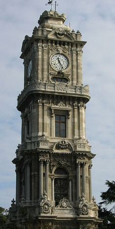 Dolmabahçe Saat Kulesi - İSTANBUL BYZANTIUM by Fatih TOLGADolmabahçe Saat Kulesi: Dolmabahçe Sarayı'nın barok saat kulesi, 1890 - 1894 yılları arasında Sultan II. Abdülhamit tarafından yaptırılmıştır. Mimarı bilinmemesine rağmen Balyan ailesinden olduğu kesindir. Saatçi başı Johann Meyer'in kullandığı Paul Garnir saatleri, 1979 yılında kısmen elektronik hale getirilmiştir.