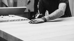 Breitenthaler baut auf Holz. Abseits davon kommen unterschiedliche Materialien zum Einsatz. Erst die gekonnte Kombination ergibt die Perfektion der Möbel. Holding Hands, Material, Wood, Hand In Hand