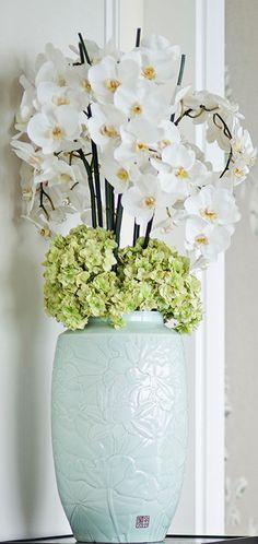 Orchid Arrangements, Ikebana, Flower Vases, Flower Decorations, Florals, Glass Vase, Floral Design, Interior Design, Floral Arrangements