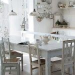 Shabby Chic decor is not new in the interior. See 5 rules Shabby Chic decor. Shabby Chic Kitchen Table, Cocina Shabby Chic, Shabby Chic Mode, Estilo Shabby Chic, Shabby Chic Farmhouse, Shabby Chic Cottage, Shabby Chic Style, Vintage Kitchen, Farmhouse Table